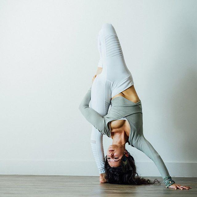 Alo  Yoga Amelia Long Sleep Crop  #yoga #yogainspiration