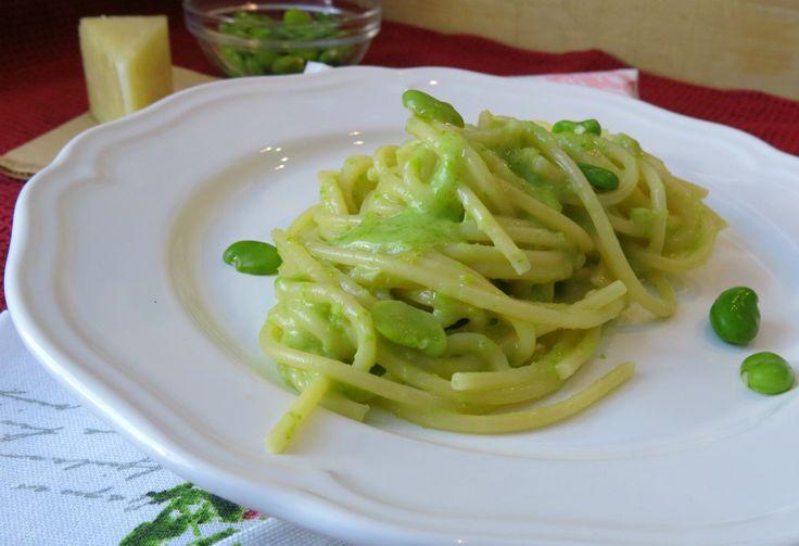 spaghetti cacio fave e pepe sono un primo piatto veramente gustoso.Le fave frullate con il pecorino, ne ammorbidiscono la sapidità lasciando intatta la sua