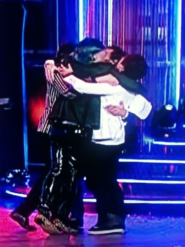 Marianas Trench wins pop video of the year . this is like the cutest thing ..