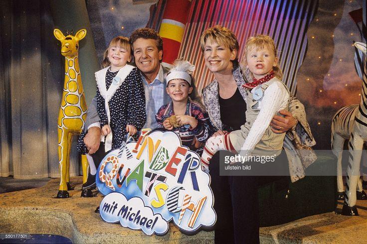 Moderator Michael Schanze und Sängerin Claudia Jung mit ihren kleinen Studiogästen anlässlich der Aufzeichnung der Fernsehsendung KINDERQUATSCH MIT MICHAEL im Berliner Friedrichstadtpalast