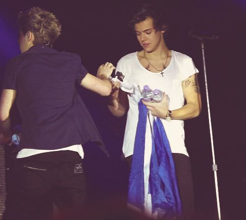 Niall giving Harry a wetwipe at SECC Glasgow last night haha!