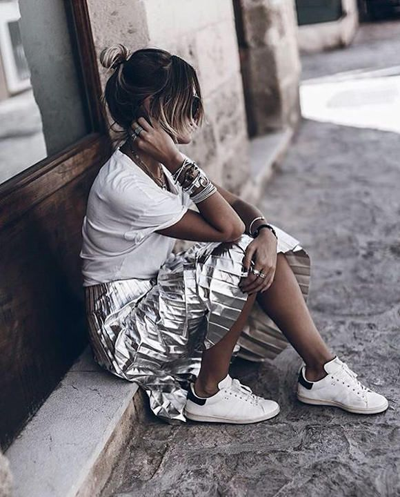 Jupe plissée argentée + t-shirt blanc + baskets + plein de bracelets = le bon look >> http://www.taaora.fr/blog/post/idee-tenue-jupe-midi-plissee-argentee-t-shirt-blanc-baskets #look #outfit #ootd