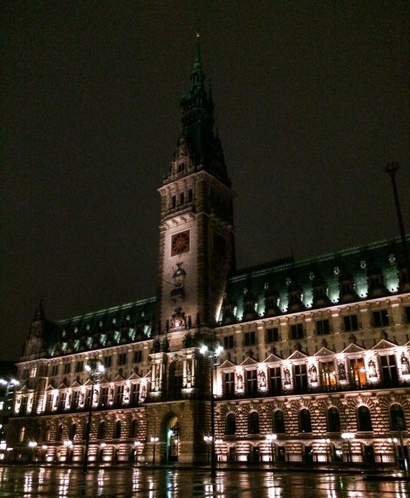 Das Hamburger Rathaus sieht auch in der Nacht und bei Regen einfach wunderschön aus. Abends ist es in der Innenstadt immer richtig leer. Perfekt also um einen langen Spaziergang zu machen oder in einem der vielen leckeren Restaurants essen zu gehen.