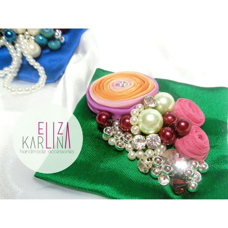 2 i  1 brooch or hairpiece , kotak hijau