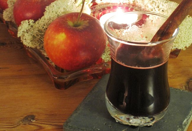 Mulled Wine with Blueberries and Ginger hoglund16001 quart (1 liter) blackberries or blueberries 1 cup (2 dl) water 20 cloves 2 cinnamon sticks 2 star anise fruits 1-2 tablespoons grated fresh ginger Juice from 1 lime Bring berries and water to a boil. Add spices and let simmer for 20 minutes. Remove from heat. Stir in ginger and lime juice, and let the mulled wine cool off. Serve as is or lace with a little vodka.  If you want the mulled wine a little sweeter stir in a little honey, or some…