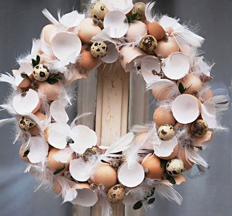 Naprosto neodolatelný přírodní věneček z vaječných skořápek a peří doplňují sušené lístky. Korpus je ze slámy. Průměr věnce je zhruba 30 cm a stojí 321 Kč; Fler