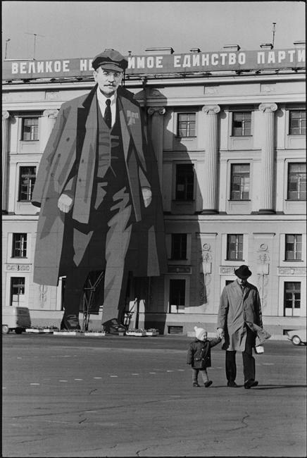 Pra fazer no photoshop, ideia de fazer a pessoa em formato gigante ou diminuto na mesm cenaHenri Cartier-Bresson - Leningrad - 1973