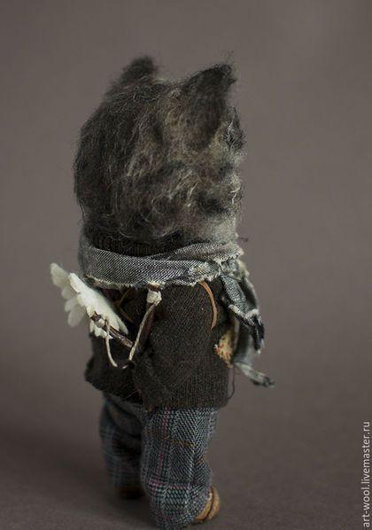 Купить или заказать Кот Амурр в интернет-магазине на Ярмарке Мастеров. Это кошачий амур)))За спиной крылья на лямках, в лапе рогатка...амуры бывают разные. Кот выполнен из шерсти в технике сухого валяния. Голова подвижна, лапки на каркасе. Одежда сшита из натуральных материалов - шерсти и хлопка, ботинки из кожи.