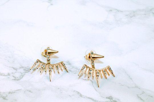 Diese kantigen noch zarten Ohrringe sollen gehen, dass beide vorne, wieder auf Ihre Ohrläppchen. Diese Ohrring Dropdown-Liste mit Spike
