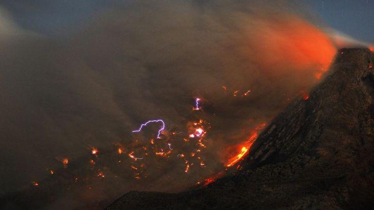 RÉVEIL. Le mont Sinabung dans le Sumatra du Nord en Indonésie, entré en éruption il y a quelques semaines, continue de cracher de la lave et des colonnes de cendres dans le ciel. Les habitants du district de Karo se tiennent prêts à abandonner leur village mais pour l'heure, l'ordre d'évacuer n'a pas encore été donné. En février dernier, après 400 ans de sommeil, ce volcan, qui figure parmi les 120 volcans actifs d'Indonésie, s'était réveillé et avait provoqué la mort de 17 personnes.