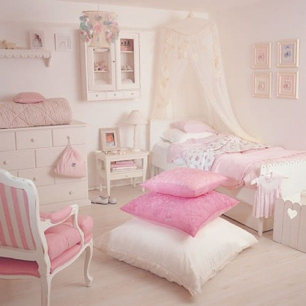 Pale pink bedroom for a young girl !! #palepink #bedroom #pillows