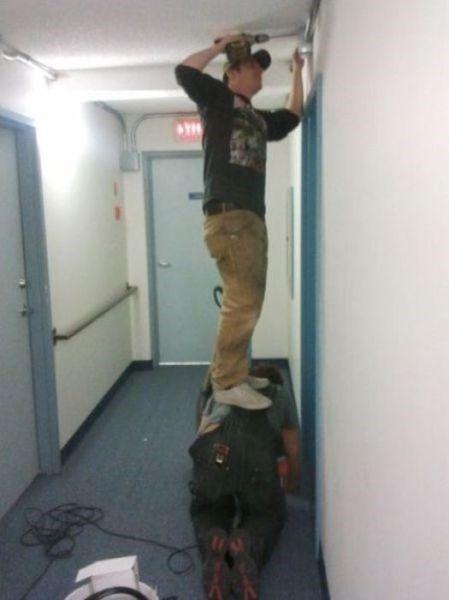 <p>Hier sehen Sie ein echtes Dreamteam bei der Arbeit: Keine Leiter zur Hand? Kein Problem für hochbegabte Handwerker – geht nicht, gibt's schließlich nicht! (Bild: memebase.cheezburger.com)</p>