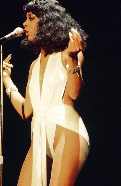 Donna Summer The oh-so seductive Donna Summer exuded every bit of the sexiness she sung about in her stage ensembles. The Queen of Disco bared-all confidently in shiny leotard wraps, this 1977 style in particular was a look we loved. Vintage Black Glamour, Vintage Beauty, Moda Disco, Disco Disco, 1970s Disco, Dona Summer, Female Singers, 70s Fashion, Diva Fashion