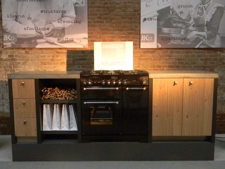 Keuken met prachtig houten front, betonnen werkblad en Falmec Kitchener oven!
