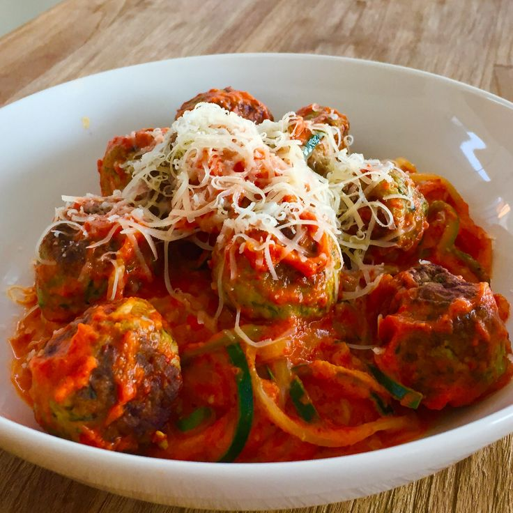Creamy roasted red pepper zucchini noddles (150g) with turkey meatballs (200g)