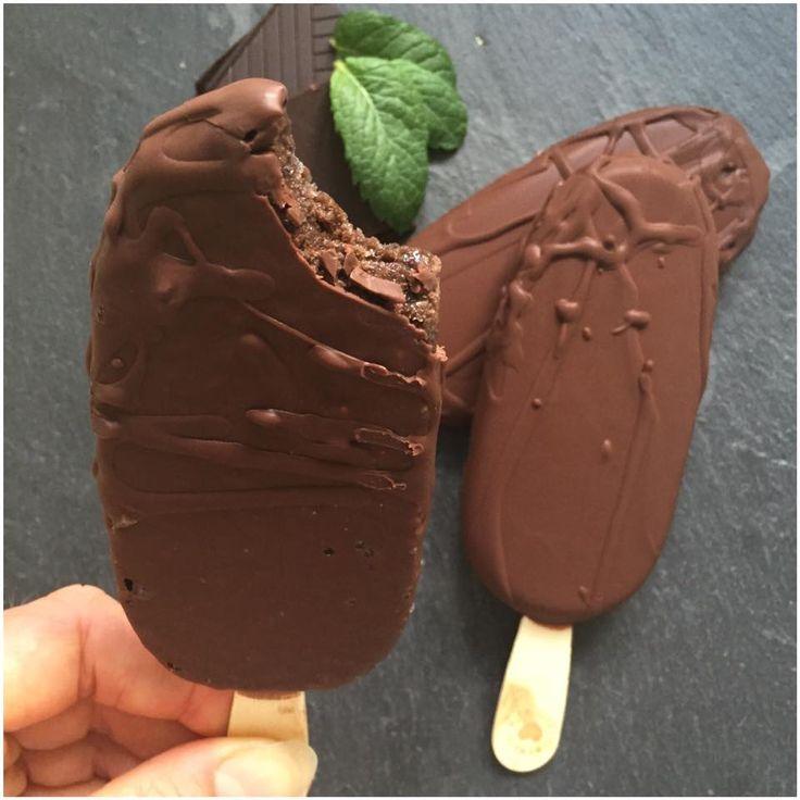 Lækker chokolade is med en snert af mynte. Hvis du elsker after eight, så er de helt klart noget for dig. Til 3 stk.     1-1,5 dl vand eller mælk   80 g banan   30 g chokolade proteinpulver (eller 10 g. kakao og 20 g zero melis ekstra).   20 g 85% chokolade   1 spsk kakao   2 tsk zer....