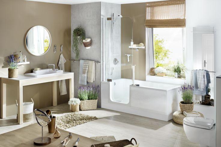 In diesem modernen Landhausbad kann man den Alltag mal ausblenden. Ob nun mit einer belebenden Dusche oder einem entspannenden Bad - mit der TWINLINE 2 Duschbadewanne geht beides an einem Platz!