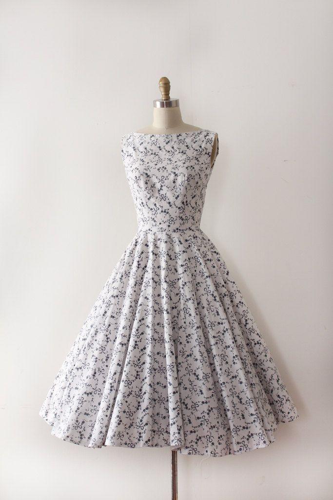 Ongelooflijke nieuwigheid buigen jurk uit de jaren 1950! Deze jurk beschikt over een ingerichte bovenlijfje en taille met een echte volledige cirkel rok en een leuke kleine buigen afdrukken!  Label: geen Sluiting: metalen rits  Maten: Best past: xsmall  Bust: 34 Taille: 24 Heupen: open  Lengte: 45  Voorwaarde: uitstekende vintage staat - de rok is technisch nog niet af, het is bedruipen gestikte dus kijkt fijn maar besloten om het te laten en laat de koper wilt hem het aan de lengte dat…