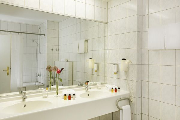 Blick ins Bad eines der Hotelzimmer / View into one of the bathroom of the hotel rooms | H+ Hotel Wiesbaden Niedernhausen