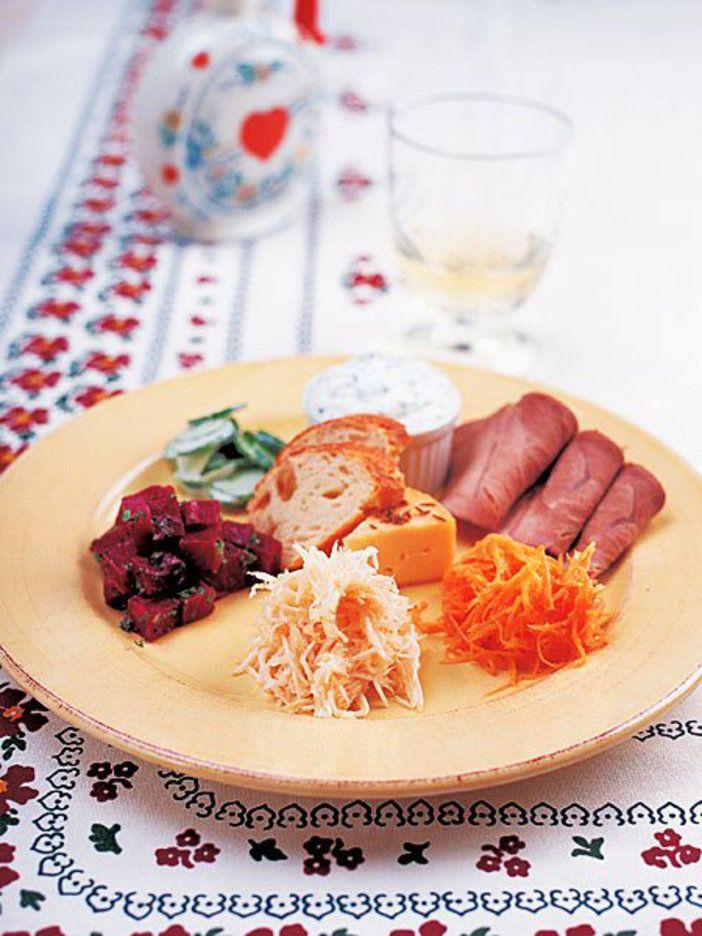 自家製のロースハムにマンステールチーズ、生野菜のサラダを贅沢に一皿にたっぷりと盛って。|『ELLE gourmet(エル・グルメ)』はおしゃれで簡単なレシピが満載!