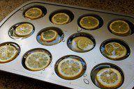 Volete creare dei mega cubetti di ghiaccio per il vostro party in giardino? Usate gli stampini da muffin e riempiteli con acqua, fette di limone e menta. Avrete così del ghiaccio decorato e buonissimo