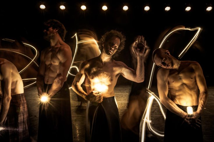 In 1999 slaatIn Spite of Wishing and Wantingin als een bom. Wim Vandekeybus maakt voor het eerst een voorstelling die niet gaat over de chemie tussen mannen en vrouwen, maar over een oerverlangen in een wereld met enkel mannen - woest, wild, naïef en speels. Bezwerende filmbeelden en danssequenties, ondersteund door de sensuele soundtrack van David Byrne, vloeien over in monologen over angst, verlangen naar geborgenheid en de magie van de slaap. In 2016 zet een volledig nieuwe cast zijn…