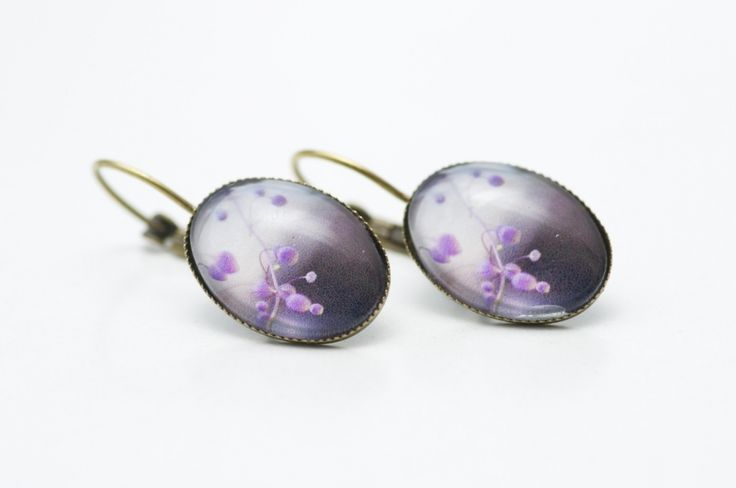 Sehr zarte ovale Creolen mit einem romantischen Blumenmotiv in Lila.  Ohrringe, Ohrstecker, Ohrhänger