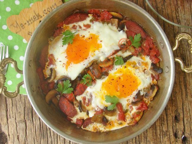 Tek başına kahvaltı sofralarınızı lezzetlendirmeye yetecek sucuklu mantarlı domatesli harika bir kahvaltılık tarif...