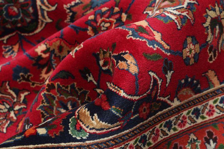 Ces tapis sont fabriqués à Mashad, capitale de la province de Khorasan, une région du nord-est de l'Iran.  Le motif est souvent de type médaillon dans des nuances de bleu et de rouge violacé sombre ; la laine est très douce.  Les tapis Mashad rappellent souvent certains tapis Keshan.
