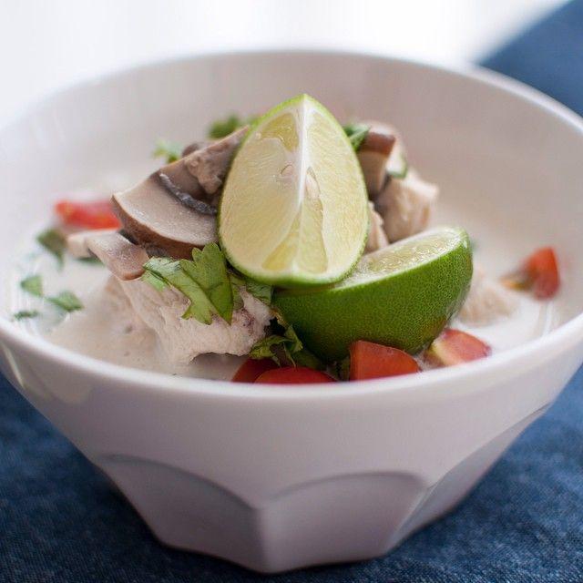 Nydeleg Thai kyllingsuppe med kokosmjølk // Tom Kha Gai på kvardagsmat.no i dag #thai #thaisuppe #thaimat #thaifood #thailand #suppe #middag #tips #inspirasjon #foodpic #f52grams #godtno #matprat #asia #kylling
