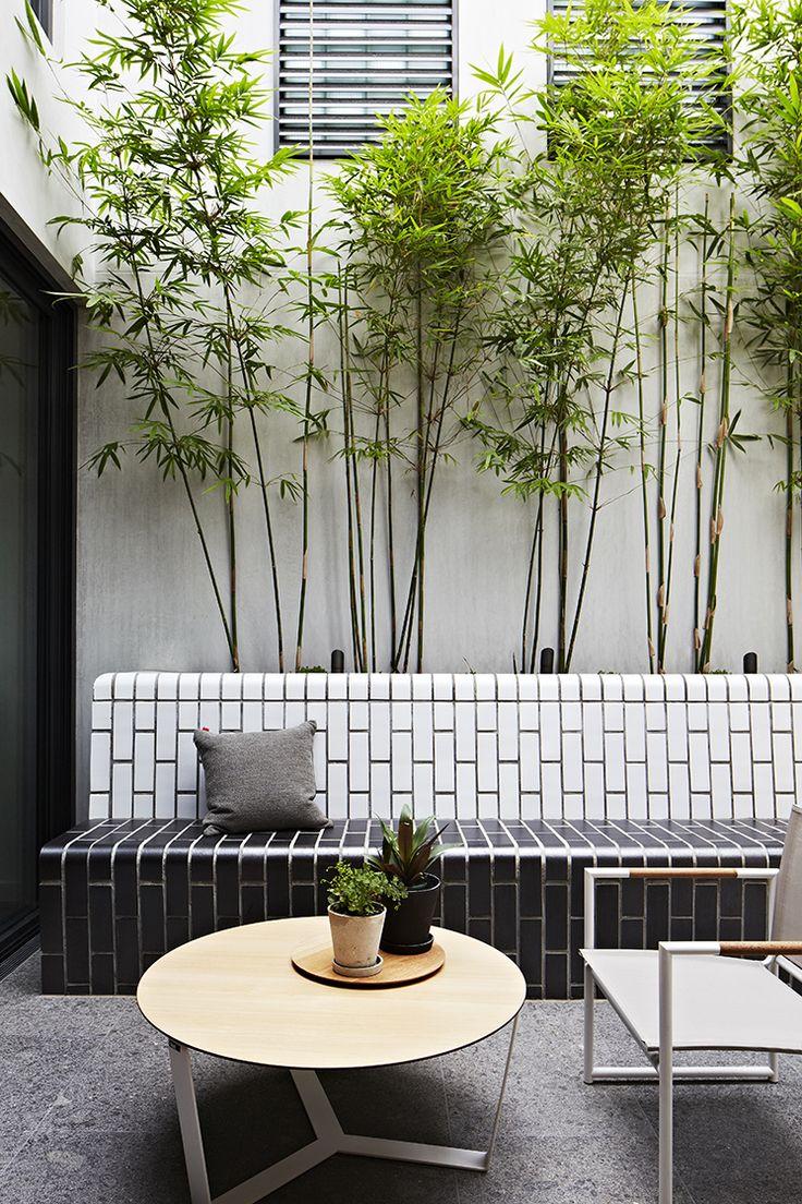 Stadstuin met bamboebak in metrotegel. Doherty design studio Prahran Townhouse in Melbourne