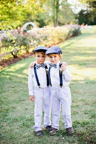 Niños en una boda con boina, tirantes y pajarita