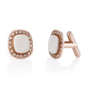 Spinki z bursztynem to kwintesencja niebanalnego i wyjątkowego wzornictwa. Biały jantar w delikatnej poświacie kości słoniowej, z którego zostały one wykonane, jest najbardziej pożądaną barwą, ze względu na swą rzadkość. Dodatkowo, oprawiony w różowe złoto oraz okalany diamentami, nadaje elegancji oraz luksusowego charakteru.