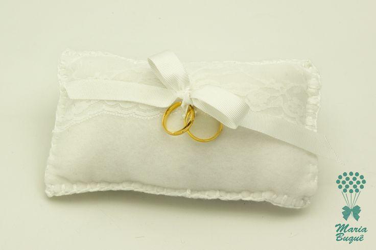 Se você vai casar e terá uma daminha para levar as alianças, o mais importante é que elas cheguem em segurança e que sejam levadas num lindo enfeite como esta almofadinha branca com laço para segurança. falecom@mariabuqu... ou no site www.mariabuque.co... #buque #buqueartesanal #casamento #casamentoperfeito #noiva #noivas #vestidodecasamento #casamentonocampo #weddingplanner #ideiasparacasamento #casamentonapraia #casamentonaigreja #casorio