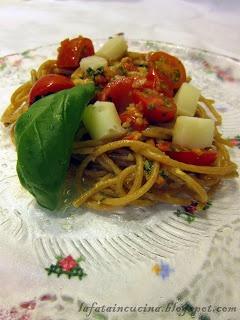Spaghetti integrali con pomodorini, mandorle, pezzetti di caciocavallo e basilico
