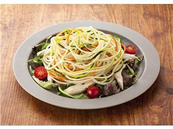 ズッキーニと蒸し鶏のベジヌードルサラダ|とっておきレシピ|キユーピー