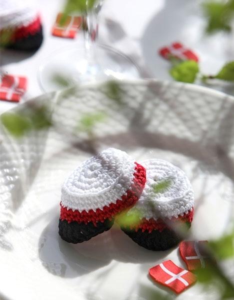 Hæklede studenterhuer i miniature Min egen ide/mønster. Vist på min blog Fletogsjov.blogspot.com samt i Hendes Verden og 1000ideer.dk