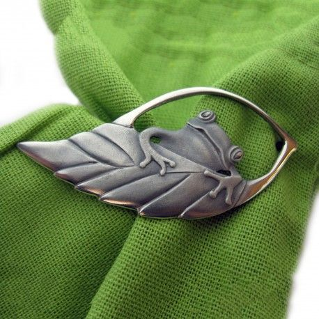 Frog brooch. 925 sterling silver brooch or pendant. Size: 32x77mm. 70cm, green leather cord.