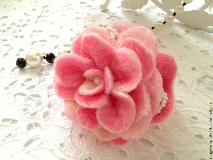 """Купить Брошь войлочная """"Розовые лепестки"""" - бледно-розовый, белый, розовый, брошь цветок"""