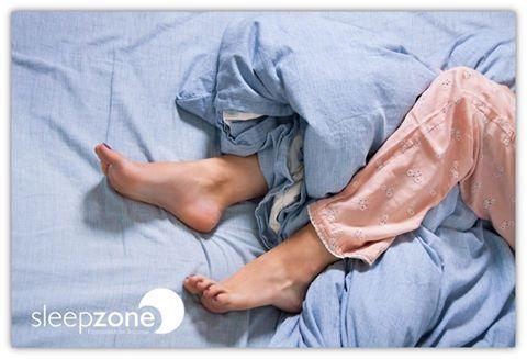 ¿Por qué tenemos espasmos antes de conciliar el sueño? Según los expertos, en las etapas iniciales del sueño se produce una lucha entre el sistema de activación reticular (que regula el estado de la vigilia) y el núcleo ventrolateral preóptico (que regula la somnolencia) para controlar el sistema motriz. Los movimientos involuntarios en las extremidades, conocidos como espasmos mioclónicos, son el último intento de control del cuerpo y la mente por parte del sistema motriz diurno.
