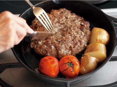 フライパンは重いほうがいい――「ロッジ社 スキレット」 - 【Recipe1】究極のハンバーグ――牛切り落としをたたいて大きなハンバーグに 日経トレンディネット