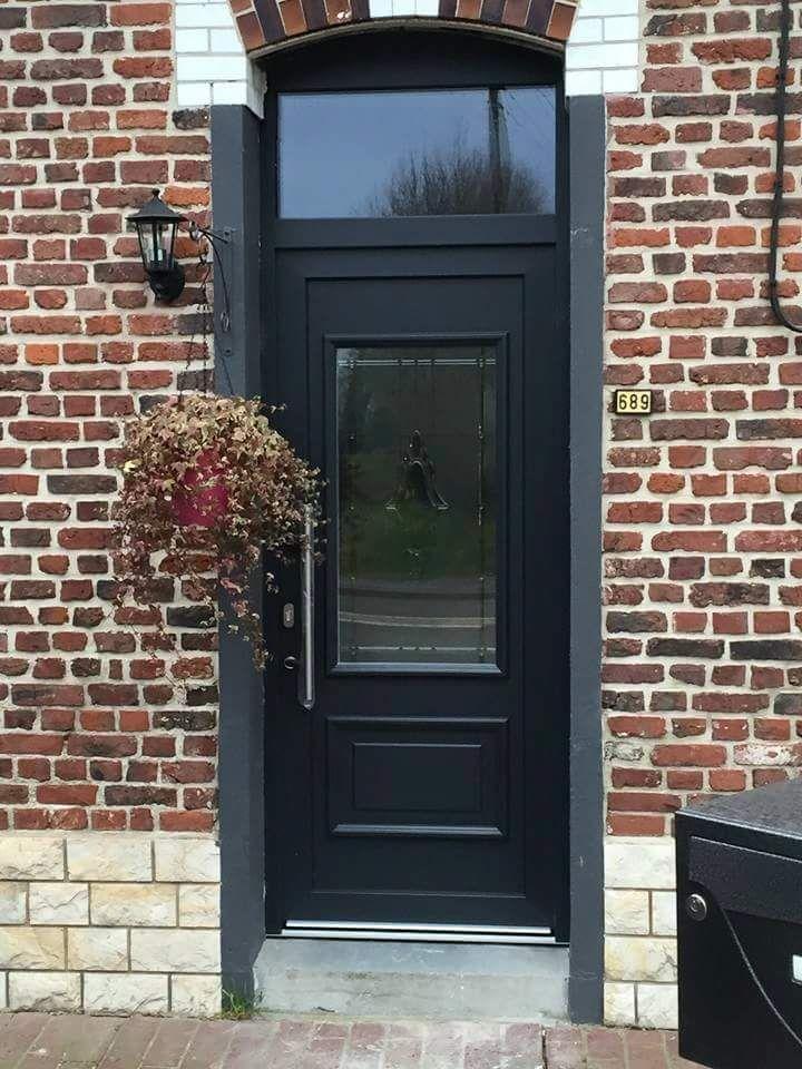 Czarne drzwi zewnętrzne (drewno)