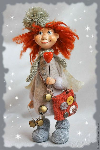 Купить или заказать Чаруша в интернет-магазине на Ярмарке Мастеров. А вы уже готовы к первому снегу? Он сегодня так неожиданно начался, как-будто на небе снежная кадушка перевернулась! Но Чаруша-то вовремя принарядилась - и шапочка, и шарфик, все тепленькое, уютное…