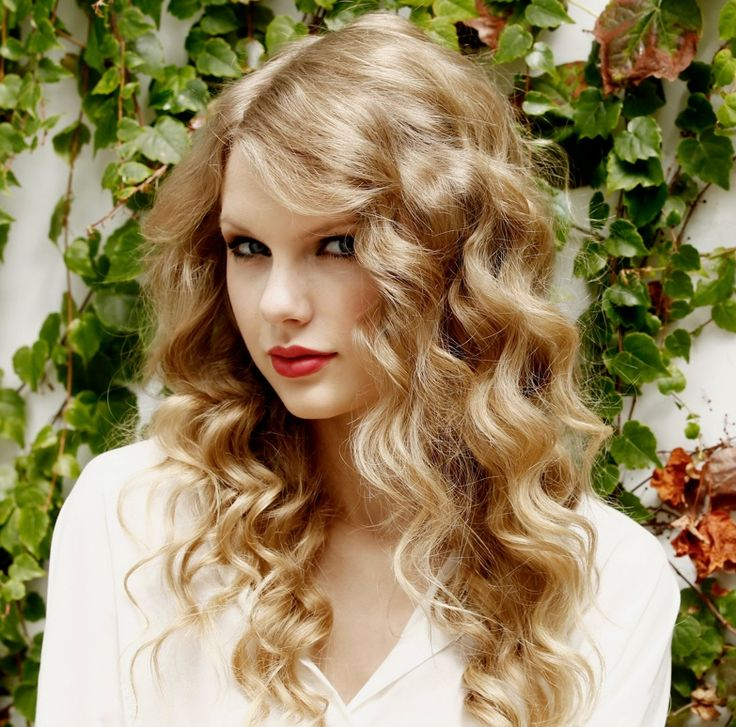How To Create Taylor Swift Loose Curls Taylor Swift looks like a bohemian princess and a voice to match, life just isn't fair! Here's how to create loose curls even if you don't have curly hair.