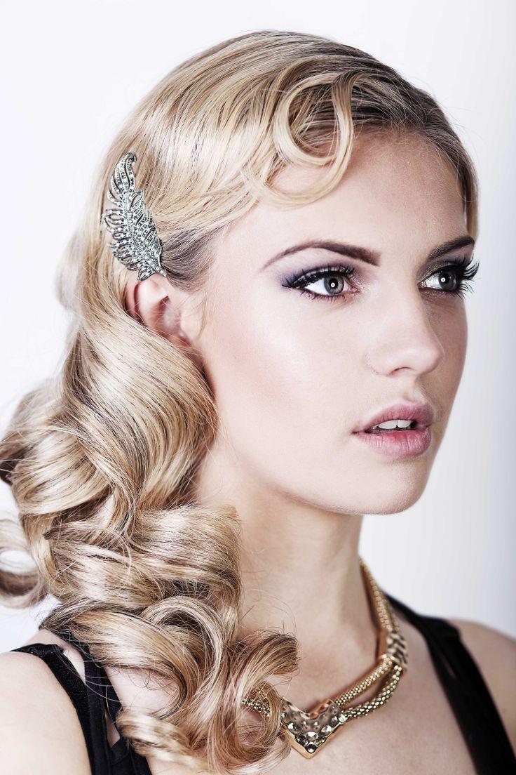 seitlich gestylte mit Wasserwellen Haare und passenden haarschmuck