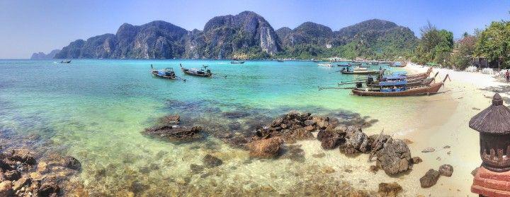 Как добраться в провинцию Краби  Авиабилеты Москва - Бангкок от 24000 руб.  Краби (Krabi)  провинция расположенная напротив острова Пхукет (Phuket) на противоположной стороне залива Панг Нга. Знаменита своими монументальными скалами немноголюдными пляжами и многочисленными островами. В этой статье речь пойдет о том как добраться в провинцию Краби.  Расстояние от Бангкока до Краби = 650 км по прямой  Авиабилеты от 1000 бат время полёта: 1 час 15 мин Билеты на автобус от 700 бат в пути от 12…