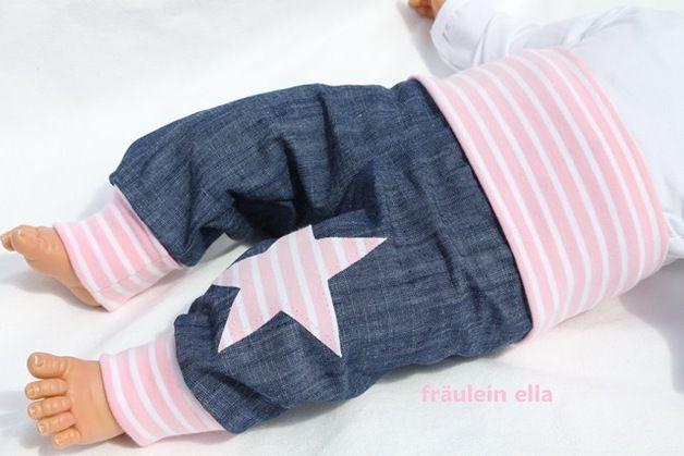 Sehr schöne Pumphose aus leichtem Jeansstoff in Leinenoptik mit rosa/weißen extra langen Softbündchen aus Öko-Jersey. Auf dem linken Bein befindet sich eine Stern-Applikation. Durch die schöne,...