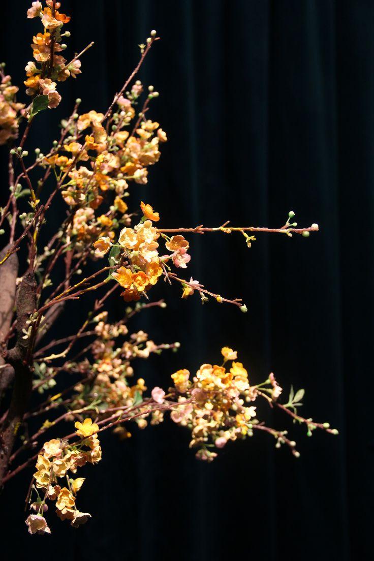 Trädet. Scenograf Lotta Nilsson. Fotograf Linda Sinkkonen. #tree #flowers #yellow #fake #tyg #plast #konstgjord