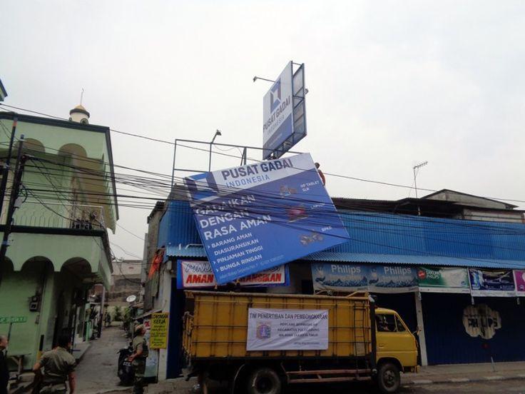 Petugas UPPD dan Satpol PP menurunkan papan reklame 'Pusat Gadaian'