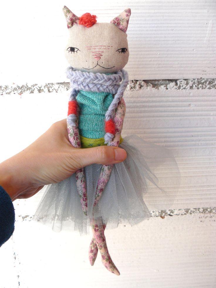 Muñeca princesa gata de lino y algodón con bufanda, corona  y tutú de AntonAntonThings en Etsy
